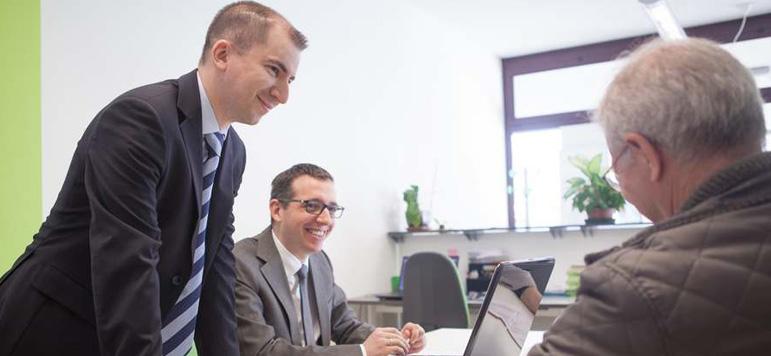 Franco Nibale e Oscar Zampieri, commercialisti a Padova, con un cliente
